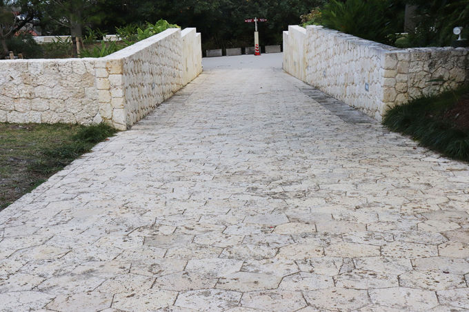 モザイクのように敷き詰められた石畳