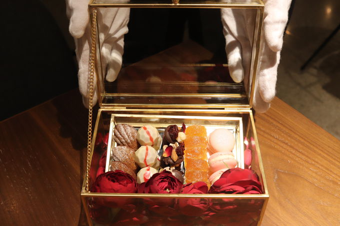 サプライズスイーツとバラのプレゼント