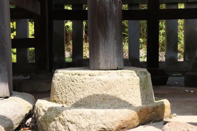 皇室との関係がうかがえる菊座石