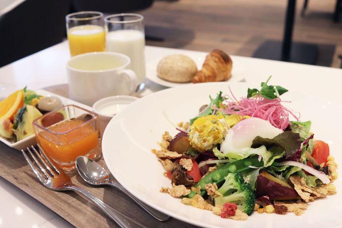 朝食は野菜とフルーツたっぷりのビタミンプレート