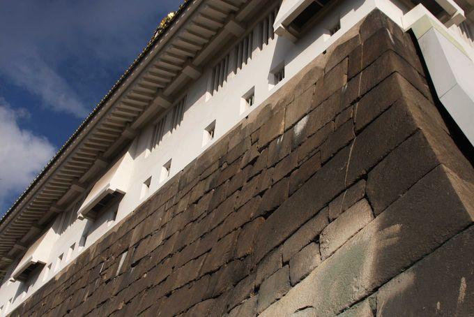 山里丸石垣に残る機銃掃射痕