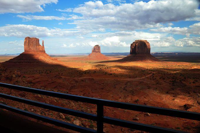 部屋のバルコニーから絶景を眺める