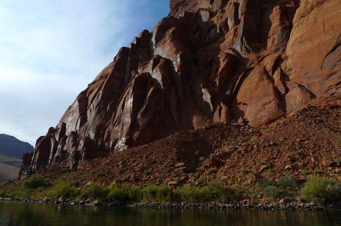 荒々しく削られた岩肌に大自然のパワーを感じます