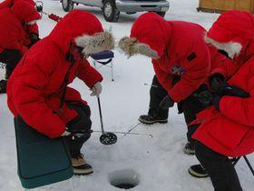凍った湖でサバイバル!?極寒のアラスカ「アイス・フィッシング」