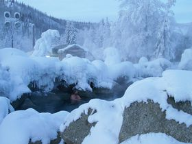 アラスカの混浴露天風呂へ!宿泊もできるチナ温泉リゾート