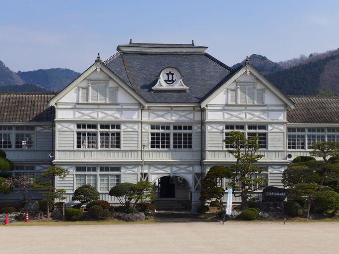 ハイカラな明治時代の洋風建築!岡山県「旧遷喬尋常小学校」