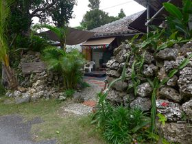 まるでジャングル?石積みの塀の中にカフェが!波照間島「ククルカフェ」