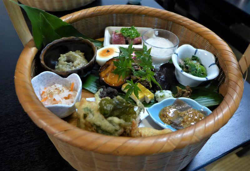 大分・日田で女子に人気!大はら茶屋の「竹籠弁当」を山林の中でいただこう