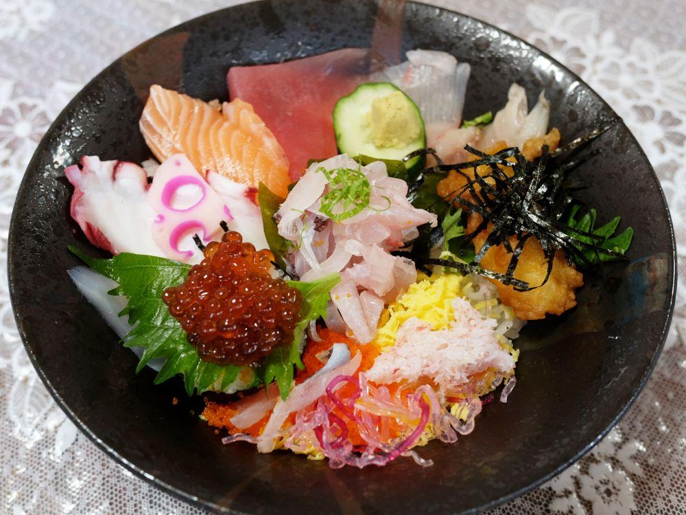 玄界灘の新鮮な海鮮丼で腹ごしらえ