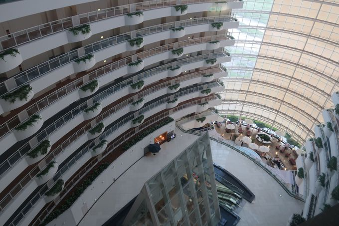 まるでリゾートホテル!ガラス張りの吹き抜けにビックリ