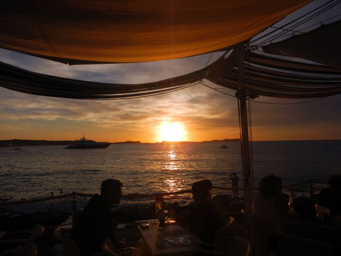 音楽×サンセットの融合!沈みゆく太陽に自然と拍手が沸き起こる大人気Cafe