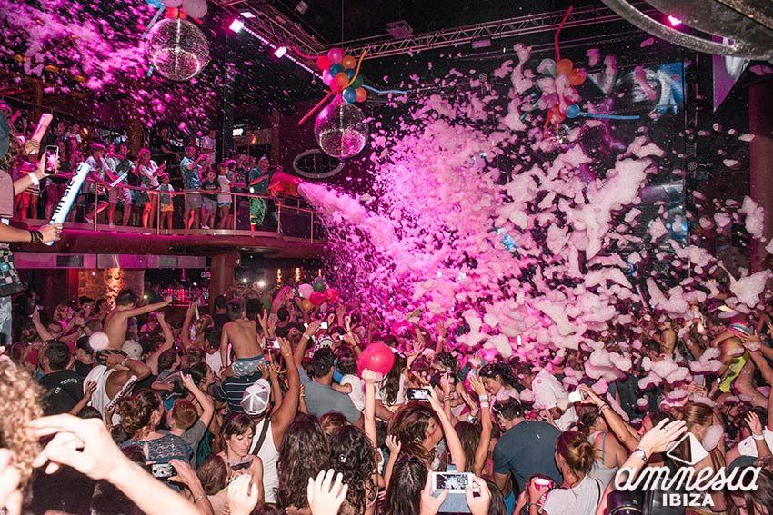 いま最も勢いのある人気クラブAmnesiaで音と泡にまみれる!