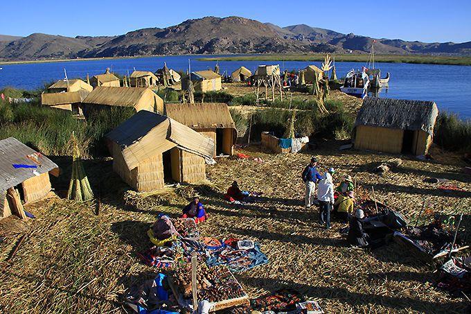 ウル族が暮らすトトラの浮島ウロス島