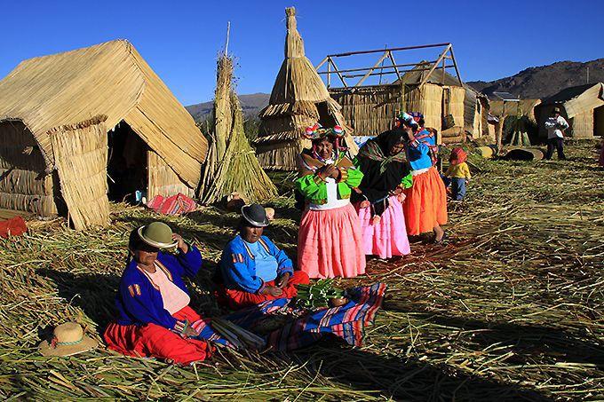 強い日差しと青い湖に映える伝統的な民族衣装