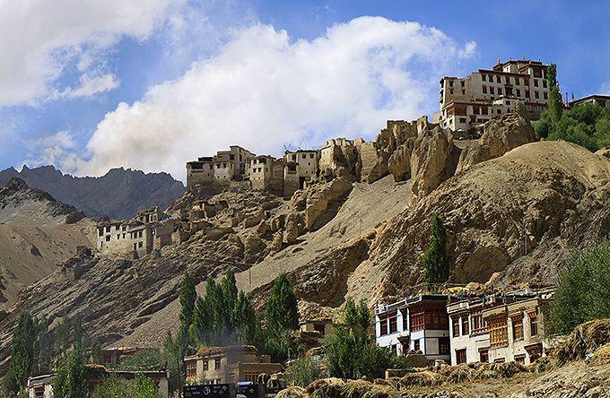 崖の上に建つラマユル僧院