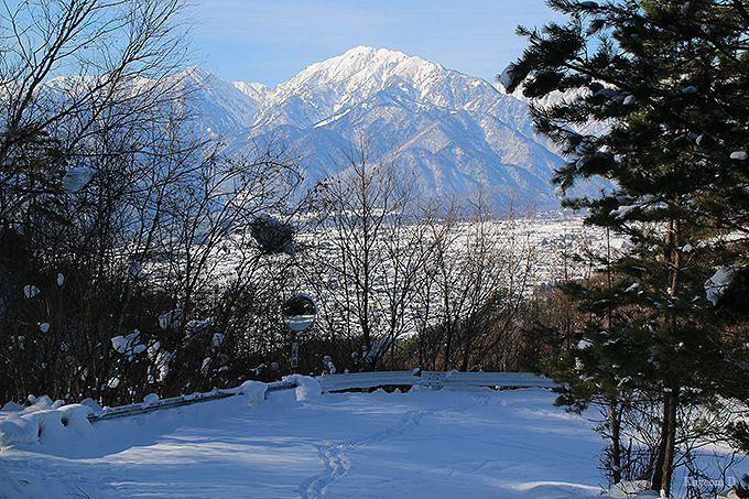 雪で埋まった山頂までの道