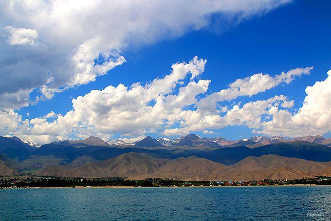 湖と天山山脈が一望のクルーズ
