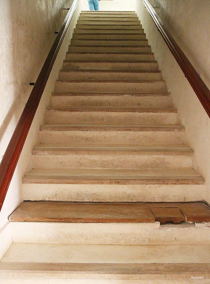 アーチが美しい階段