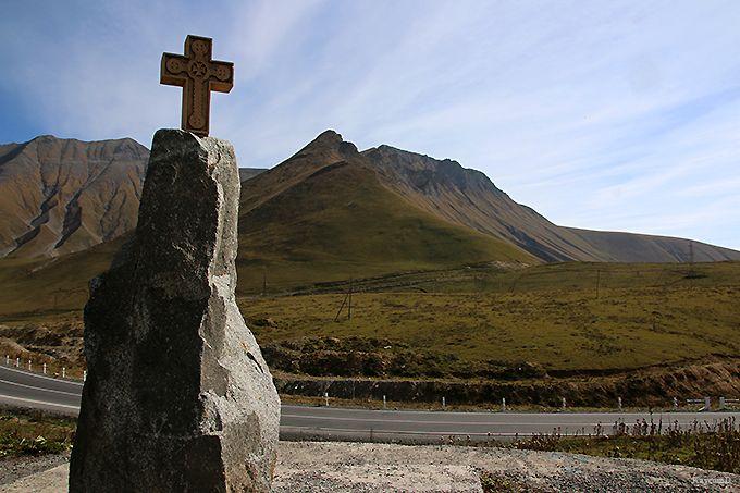 ロシア-グルジア友好記念塔と十字架峠