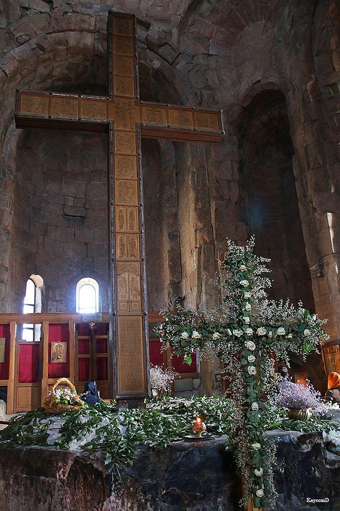 聖ニノの十字架が立つ修道院内部