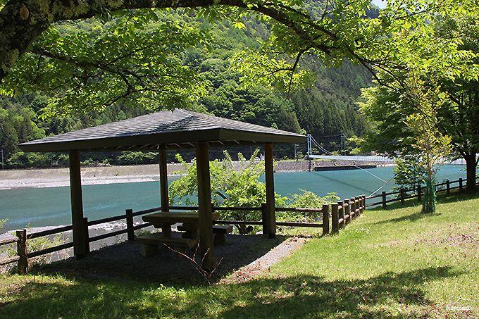 奈良田湖の吊り橋と八幡社公園