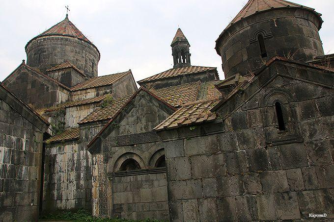 重厚な石造りの「ハフパット修道院」