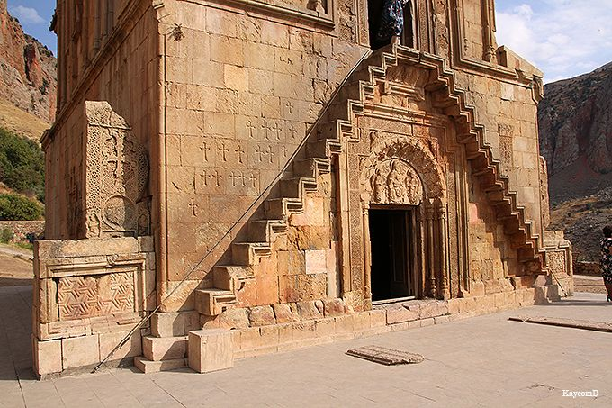 未完の階段が残る「聖アストヴァツァツィン教会」