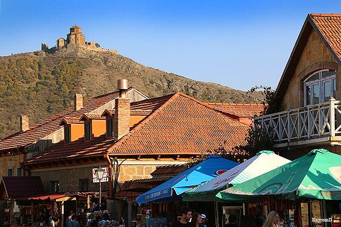 下から見る丘の上の「ジュワリ修道院」
