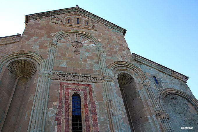 レリーフが興味深い大聖堂の外観