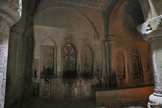 僧院や食堂も洞窟の中