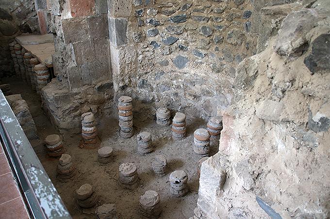 モザイクの床が残るローマ風呂