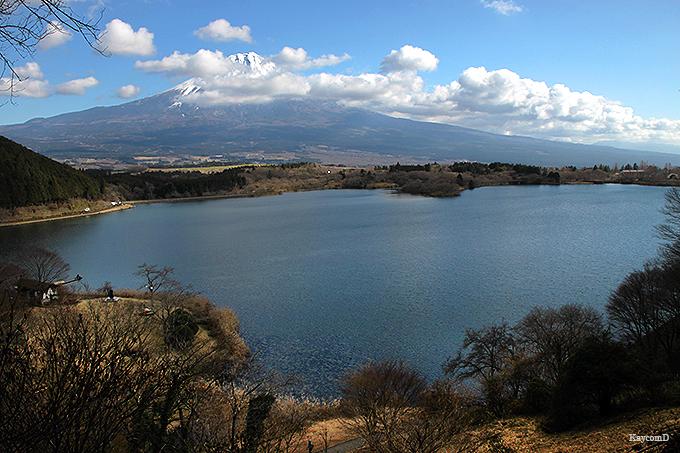 高台から田貫湖と富士山が見られる「たぬき展望台」
