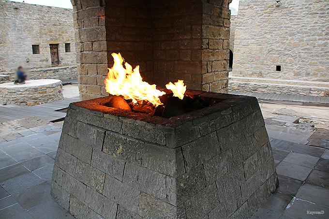 火が燃え続けるアテシュギャーフ(拝火教寺院)