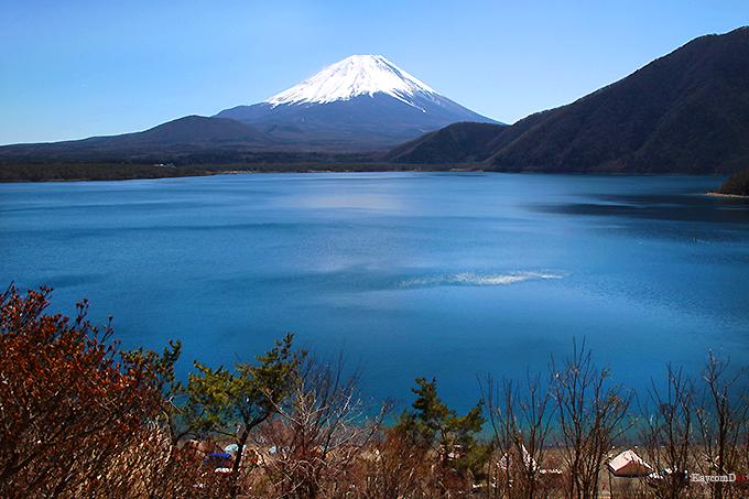 千円札の図柄にも採用された「本栖湖」