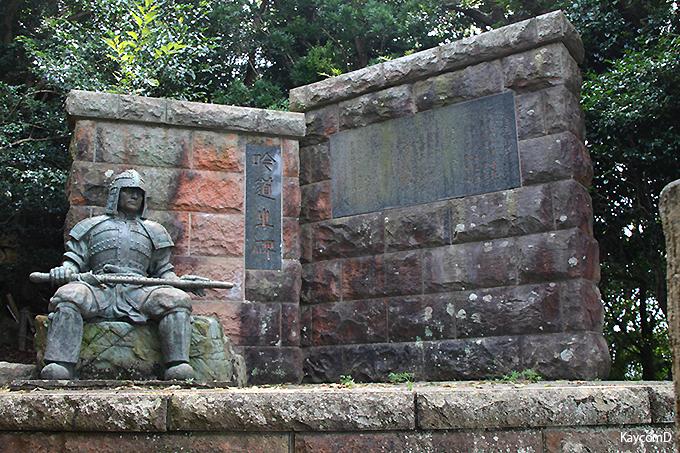 大瀬崎を見下ろす「吟道之碑」