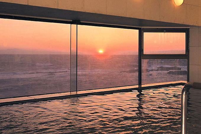 海に沈む夕日が絶景の展望大浴場