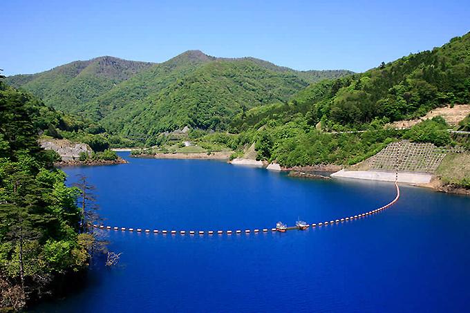 四万ブルーに癒される「奥四万湖」と「四万川ダム」