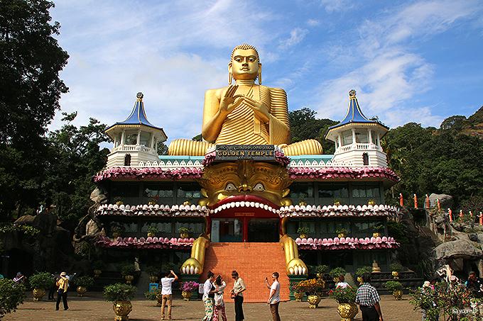 壁画と仏像の石窟美術館「ダンブッラの黄金寺院」