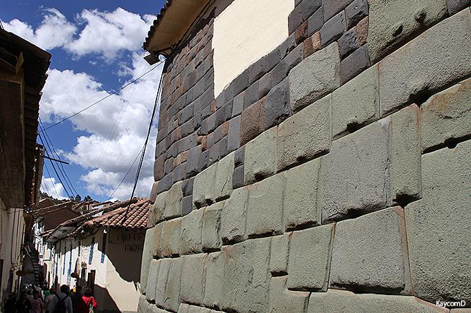 インカ建築の精巧な石組み「12角の石」