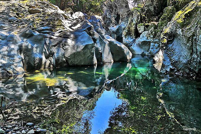 なめらかな岩肌と奇岩の景勝地「景ヶ島渓谷」