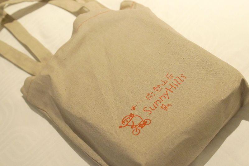 微熱山丘印。製品は箱につめて、かわいい布バッグもついてきます♪
