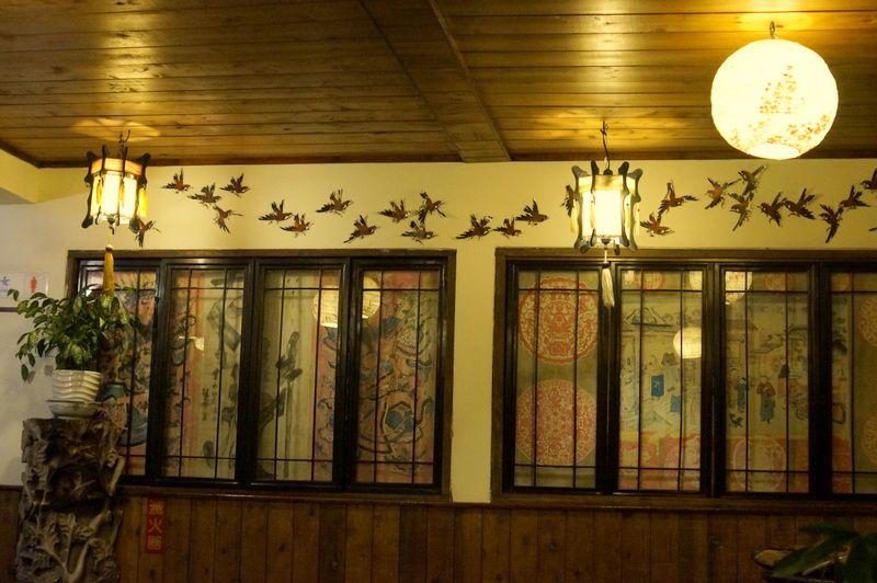 トンネルを抜けると古風なレストラン