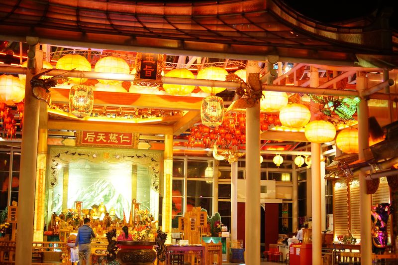 台湾唯一のガラスの廟!「台湾護聖宮」は夜の姿が美しい