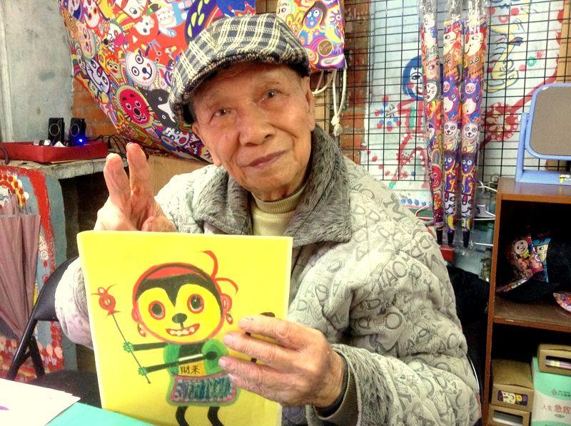 たった一人で絵を描く「虹の村」のおじいちゃん