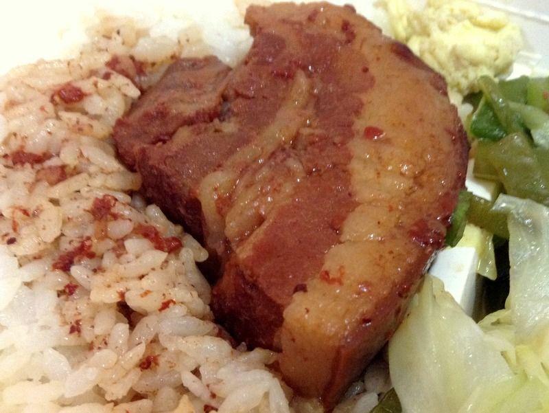 豚のとろ〜り角煮がたまらない!「焢肉飯」