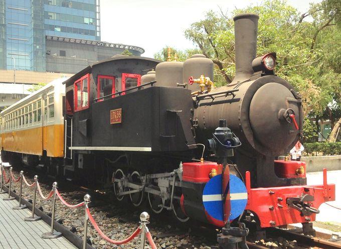 子供も大好きな蒸気機関車の前で写真をぱちり!