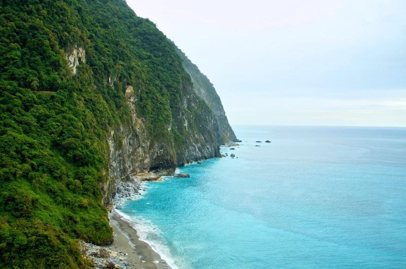 そびえる「清水断崖」の下には花蓮の青い海