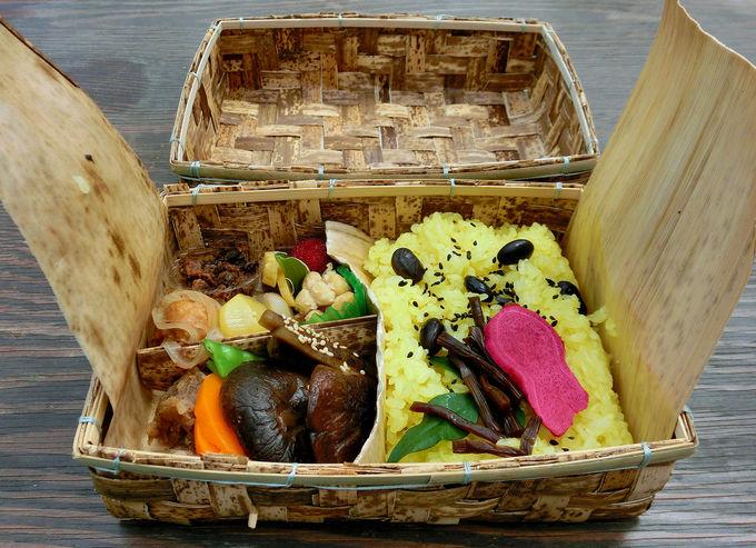 ハンギングフラワーの下で加茂荘伝統料理はいかが?
