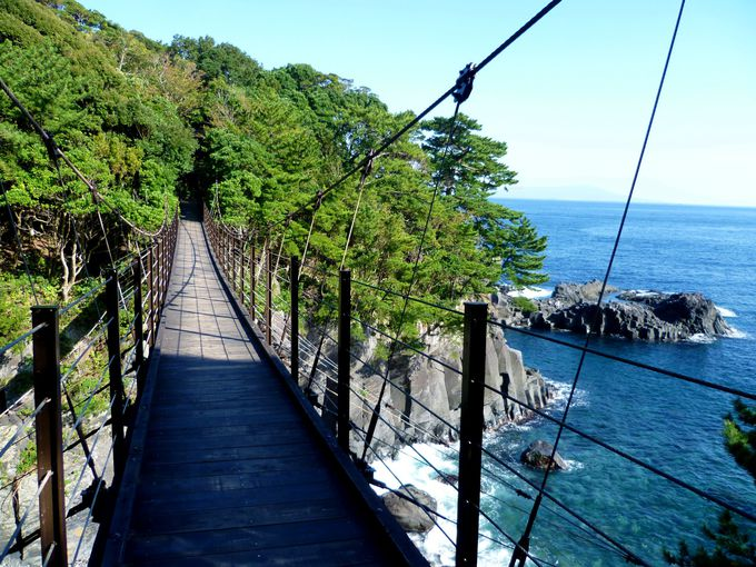 断崖絶壁に架かる絶景の橋はスリル満点「城ヶ崎海岸」