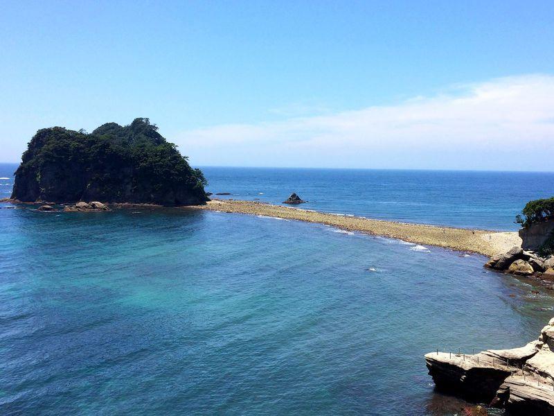 """海が割れる驚異の""""トンボロ現象""""!西伊豆堂ヶ島「三四郎島」"""